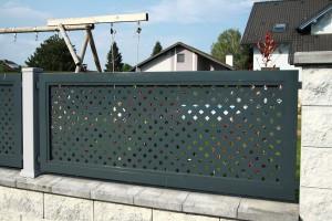 Zaun im Lochblechdesign