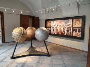 Weltkugeln aus Aluminium-, Messing- und BronzegussAusstellung im Kloster Dürnstein